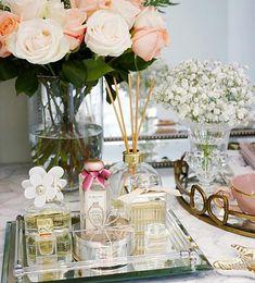 DECORAR CON FLORES Alegran el dormitorio, refrescan y pondrán un toque de color al tocador. Sobran los motivos para decorar con arreglos florales, jarrones y frascos que acentúen la feminidad del dormitorio.
