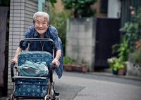 An old Japanese lady walking in Tokyo, giving one of the best smiles one could ever hope to see. Old Women, Baby Strollers, Children, Blog, Wealth, Pursuit Of Happiness, Life, Psicologia, Concept