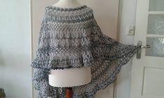 Asymmetrische poncho Ook geschikt om iets dikkere wol te nemen voor de winter.