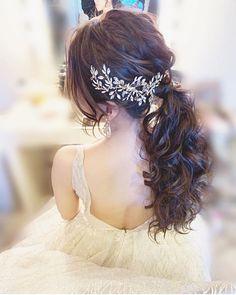 みんなのウェディング | 結婚式の実例を紹介!さんはInstagramを利用しています:「《ふわふわポニー×ビジューボンネ💇♀️✨》 . . 大人な雰囲気の#花嫁ヘア 💕 ふわふわポニーに後頭部を覆う キラキラのビジューで後ろ姿までとってもおしゃれ💄✨ キラキラの#lazaro とよくお似合いです☺️💐 礼服の新郎さんとのお写真も決まってますね📸 . .…」 Hair Inspiration, Wedding Inspiration, Flower Crown Hairstyle, Hair Setting, Wedding Makeup, Wedding Hairstyles, Hair Styles, Weddings, Instagram
