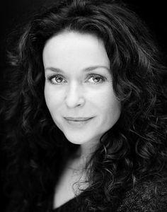 Julia Sawalha - from Lark Rise to Candleford British Actresses, Actors & Actresses, Julia Sawalha, Lark Rise To Candleford, Stunning Women, Beautiful Females, Jennifer Saunders, Short Haircut Styles, Short Hair Cuts