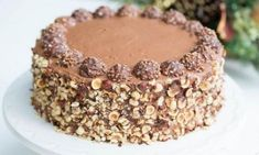 Μια υπέροχη τούρτα με Nutella και σοκολατάκια Ferrero Rocher!!! Μια συνταγή (από εδώ) για να απολαύσετε μια τέλεια σοκολατένια τούρτα με κρέμα σοκολάτας κα
