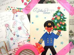 """vánoční sešit. velký, tlustý, barevný a  vánoční výstřižky z novin, časopisů, staré pohledy, nalepená přání od přátel, útržky těch nejhezčích balicích papírů, nálepky koloušků a skřítků s bílým vousem a moje kresbičky. Mám v něm i vánoční recepty (ne snad, že bych v """"čase koled a pohody"""" stála vjednomkuse u plotny, ale některá zátiší s vanilkovými rohlíčky jsou tak hezky vyfocená!). Každý rok si do svého vánočního sešitu lepím novou inspiraci a s údivem si ji pak další rok prohlížím."""