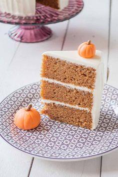 Sin ninguna duda, la reina del otoño es la calabaza. Para aprovechar que ahora las encontramos por todos lados, hoy vamos a preparar una tarta de calabaza. La acompañaremos con una mezcla de especias que le dan a la tarta un punto muy especial, y además la rellenaremos y cubriremos con crema de queso, que aparte de deliciosa es muy fácil de preparar. La receta está adaptada de una tarta hecha por una de mis reposteras de cabecera, Martha Stewart. He cambiado la mantequilla por aceite suave, ...