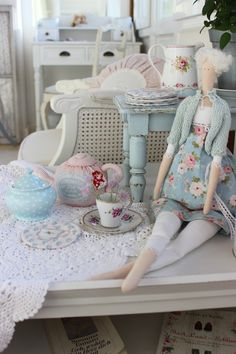 Pünktchenglück Shaby Chic, Shabby Chic Pink, Cane Furniture, Furniture Projects, 2017 Decor, Homemade Dolls, My Doll House, Sewing Rooms, Shabby Cottage