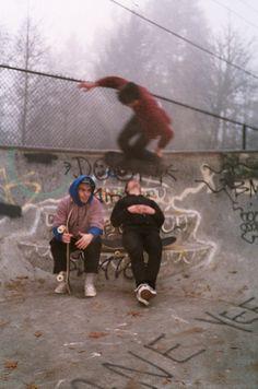 Skate via Annie Pheby Retro Aesthetic, Aesthetic Grunge, Aesthetic Photo, Aesthetic Pictures, Arte Punk, Grunge Photography, Skater Boys, Skate Style, Indie Kids