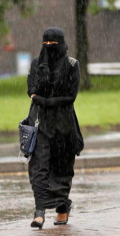 Muslim Women Wearing The Controversial Niqab In The UK 10 of 14 - Zimbio Hijab Niqab, Muslim Hijab, Mode Hijab, Arab Girls Hijab, Muslim Girls, Muslim Couples, Niqab Fashion, Muslim Fashion, Modest Fashion