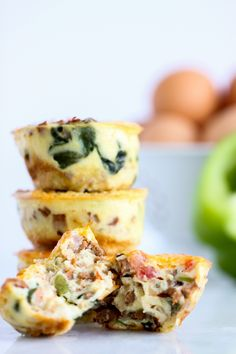 Easy Crustless Brekky Quiche ~ This easy version packs plenty of breakfast veggies (think onion, bell peppers, tomatoes, spinach) and cheese into a portable egg cup. You can make a batch of these ahead of time and reheat for busy mornings :) Pastas Recipes, Quiche Recipes, Low Carb Recipes, Cooking Recipes, Healthy Recipes, Healthy Mini Quiche Recipe, Healthy Quiche, Low Carb Breakfast, Breakfast Recipes