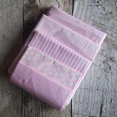 Zbytkový balíček látek růžový mimi Card Holder, Wallet, Cards, Scrappy Quilts, Rolodex, Maps, Playing Cards, Purses, Diy Wallet