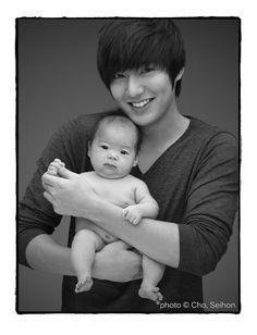 17 Hot Korean stars holding cute babies: Lee Min Ho