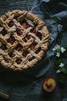 Food Inspiration Golden Syrup Peach Raspberry Pie With White Chocolate Mascarpone Köstliche Desserts, Delicious Desserts, Dessert Recipes, Yummy Food, Plated Desserts, Pie Crust Designs, Sweet Pie, Pie Dessert, Food Inspiration
