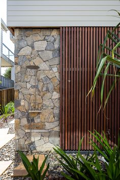 6 Contemporary Homes featuring Stone — Stone Style Stone Cladding Exterior, Stone Facade, Wall Exterior, Exterior Design, Stone Cladding Texture, Natural Stone Cladding, Cladding Design, H Design, House Design