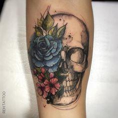 Tatuagem criada por Renata Henriques de São Paulo. Caveira com flores. #tattoo #tattoo2me #tatuagem #art #arte #design #colorida