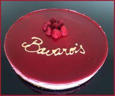 Bavarois à la framboise sur tapis de spéculoos. On adore sa touche acidulée, sa mousse onctueuse et le croustillant du spéculoos! Dessert Facile à réaliser Lemon Desserts, Tiramisu, Buffet, Raspberry, Deserts, Pudding, Fruit, Cooking, Cake