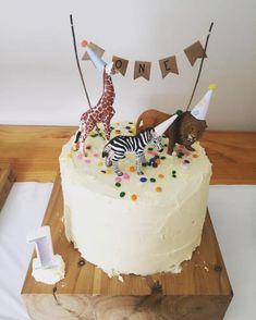 une décoration anniversaire sur le thème animaux de la savane, un simple gâteau décoré de figurines animaux