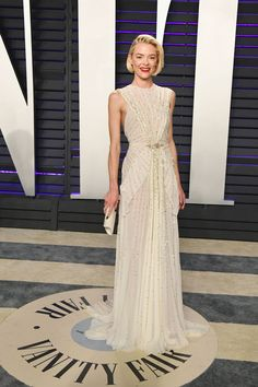 Jaime King wore a Schiaparelli Spring 2019 Haute Couture white crepe georgette gown scattered with gold stars to the 2019 Vanity Fair Oscar Party. She's carrying a Tyler Ellis clutch. Jaime King, Ellie Saab, Amy Poehler, Elizabeth Banks, Brian Atwood, Marchesa, Celebrity Red Carpet, Celebrity Style, Jennifer Lopez