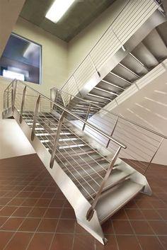 MARRETTI Escaleras de caracol, barandillas, escaleras en voladizo, design producion,Home,Marretti srl - Una escalera unica,Escaleras s�lo metal 1,Escalera con ancha zanca lateral de acero inoxidable, con pelda�o y barandilla de barras horizontales de acero inoxidable.