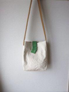 클린함과 내추럴을 동시에. White bag 모음 : 네이버 블로그 Textiles, My Bags, Purses And Bags, Aesthetic Bags, Tote Bags Handmade, Linen Bag, Fabric Bags, Casual Bags, Small Bags