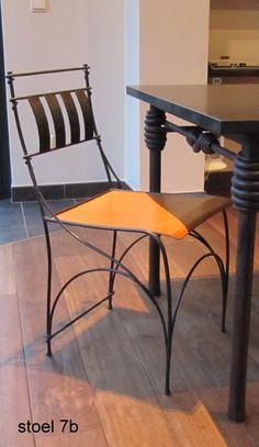 gesmede stoel met leren zit en tafel met granieten blad