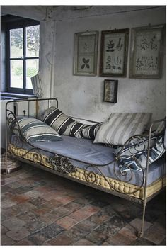 Perfect for a little cat nap, gorgeousness in wrought iron with this little day bed in blue