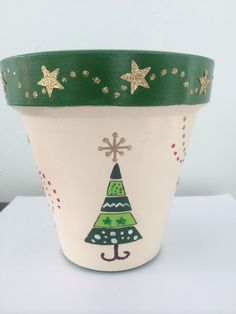 Adornos de navidad Clay Pot Projects, Clay Pot Crafts, Doll Crafts, Holiday Crafts, Painted Clay Pots, Painted Flower Pots, Christmas Clay, Christmas Projects, Christmas Tree