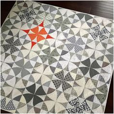 """""""I am in love with this quilt! I've always loved the traditional Winding Ways design.in fact I hand appliqued a whole Winding Ways quilt years ago and…"""" Quilting Projects, Quilting Designs, Quilting Blogs, Modern Quilting, Quilt Design, Winding Ways Quilt, Colchas Quilt, Man Quilt, Neutral Quilt"""