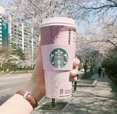 Discovered by Bi 🖤. Find images and videos about food, aesthetic and coffee o. - Starbucks and Coffee - Kaffee Copo Starbucks, Bebidas Do Starbucks, Secret Starbucks Drinks, Pink Starbucks, Starbucks Tumbler, Hot Coffee, Coffee Drinks, Cute Water Bottles, Cute Cups