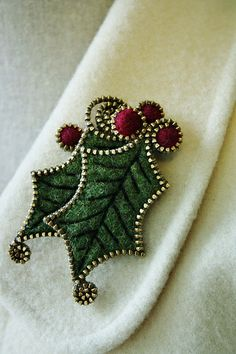jewelry with felt and zippers | Holly Christmas jewelry made with zippers | Felt like being creative!