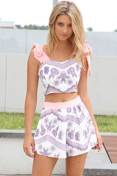 30 Stunning Crop Tops Outfit Ideas To Rock Your Style This Summer - Gravetics