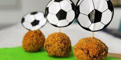 Vanavond trappen Brazilië en Kroatië het WK 2014 af! De komende weken zijn menig man en vrouw in het oranje gekleed en juichen we met z'n allen 'ons oranje'de groepsfase door. Bij een avondje voetbal kijken horen hapjes, en als ik aan hapjes denk dan denk ik aan bitterballen! Dus ...