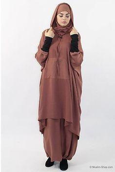 Sieht aus wie ein klassisches Cape, hat aber ausgearbeitete Ärmel und bietet dadurch einen wesentlich höheren Tragekomfort In locker weit Islamic Fashion, Muslim Fashion, Muslim Shop, Habits Musulmans, Abaya Pattern, Abaya Fashion, Africa Fashion, Mode Hijab, Hijabs