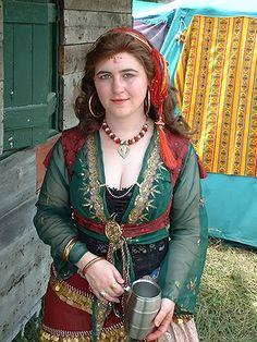 Beautiful colors in this Bicolline outfit! Gypsy Life, Gypsy Soul, Tribal Fusion, Gypsy Culture, Renaissance, Gypsy Women, Gypsy Caravan, Period Outfit, Bohemian Gypsy