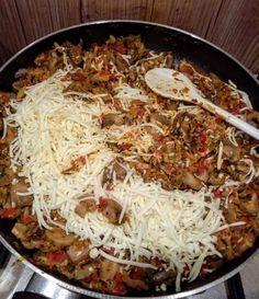 CHEC cu CIUPERCI: rețetă delicioasă în 3 pași - Servus Expert Carne, Biscuits, Spaghetti, Deserts, Pizza, Ethnic Recipes, Food, Crack Crackers, Cookies