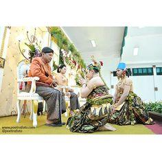 Sungkeman. Javanese wedding ceremony. Vishnu+Galuh Jawa wedding ceremony in Yogyakarta. Wedding Photo by @Poetrafoto, http://poetrafoto.com
