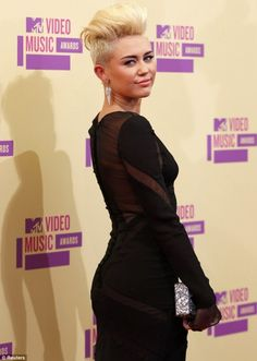 Miley shows up at the VMAs with this daring look. Do you like it? #mileycyrus #hair