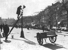 Bucharest celebrates its world premiere since 160 years ago: The first city in the world that was lit with lamp oil - Vintage Photographs, Vintage Photos, I Amsterdam, Historical Images, Culture, Old Pictures, Netherlands, Holland, Dutch