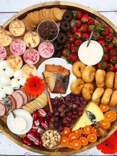 Brunch Party, Easter Brunch, Sunday Brunch, Charcuterie Recipes, Charcuterie And Cheese Board, Party Food Platters, Cheese Platters, Breakfast Platter, Snack Platter