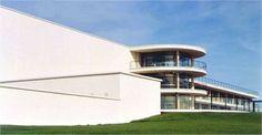 """EXPRESIONISMO. """"Pabellón de La Warr"""". Erich Mendelsohn, 1935. Su diseño limpio y simple se compone de dos unidades principales Las dos unidades están unidas por un tercer componente arquitectónico distinto: un amplio vestíbulo central dominada por una escalera de caracol. Las terrazas crean líneas horizontales que abarcan gran parte de la longitud del edificio y dan la apariencia de las líneas del horizonte y del mar."""