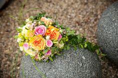 Brautstrauß in Herzform mit Rosen in orange und pink