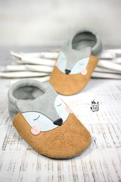 Sugar sweet leather slippers & babyshoes with application- Zuckersüße Lederpuschen & Krabbelschuhe mit Applikation Sugar-sweet self-sewn leather slippers with fox & tiger appliqué Best Baby Shoes, Cute Baby Shoes, Baby Boy Shoes, Sewing Projects For Kids, Sewing For Kids, Baby Sewing, Fabric Purses, Baby Slippers, Leather Slippers