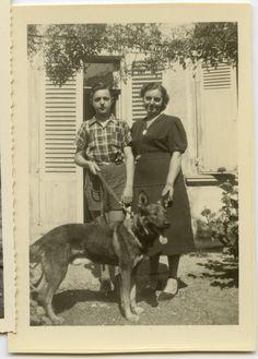 Portrait famille avec chien en laisse - Photo ancienne an. 1950