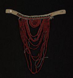 """Нагрудное украшение""""поджерелок""""-Конец XIX-начало XX вв. Материал, техника: холст, низание, бисер, плетение, бусины, нити льняные, пуговица"""