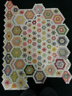 Hexagon Quilt in progress , wonderful work. Hexagon Patchwork, Hexagon Pattern, Hexagon Quilt, English Paper Piecing, Quilting Projects, Quilting Designs, Vintage Sewing Machines, Tatting Patterns, Hand Quilting