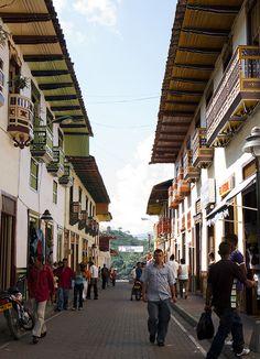 ¿Qué es lo que hay más allá de la capital?  Esta es la Calle Real en Santuario Risaralda, una postal de recuerdo para los 46 años del departamento que se cumplen hoy. #Colombia