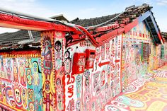 Looking to add some colour to your life? Don't miss visiting this popular #touristattraction of vibrant #art at #Taichung! #rainbowvillage