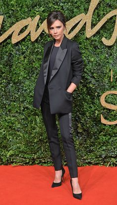 25 November 2015 - VICTORIA BECKHAM in a pantsuit & pointy pumps; the designer strikes a pose at the annual British Fashion Awards (which she attended w/ husband David Beckham) in London. Moda Victoria Beckham, Style Victoria Beckham, Victoria Beckham Outfits, Beckham Suit, David Beckham, British Fashion Awards, Kendall Jenner Outfits, Spice Girls, Fashion Gallery