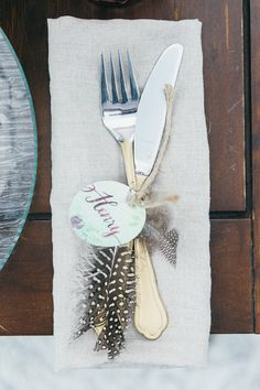 Table setting ideas: Personalized circle label around cutlery with a tiny feather