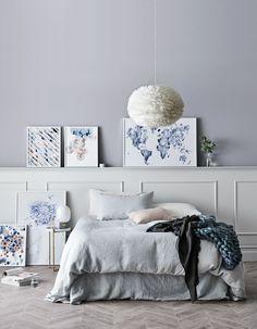 Installer un luminaire délicat au dessus du lit pour une chambre cocooning