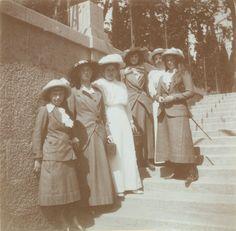 Grã-duquesa Anastasia Nikolaevna, Grand Duchess Olga Nikolaevna, Anna Vyrubova, Grand Duchess Tatiana Nikolaevna, possivelmente Sophie Buxhoeveden, Grand Duchess Marie Nikolaevna, na Crimeia, em 1914.