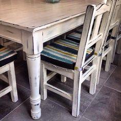 Mesa comedor + sillas patinadas en blanco Www.decoalcubo.com.ar